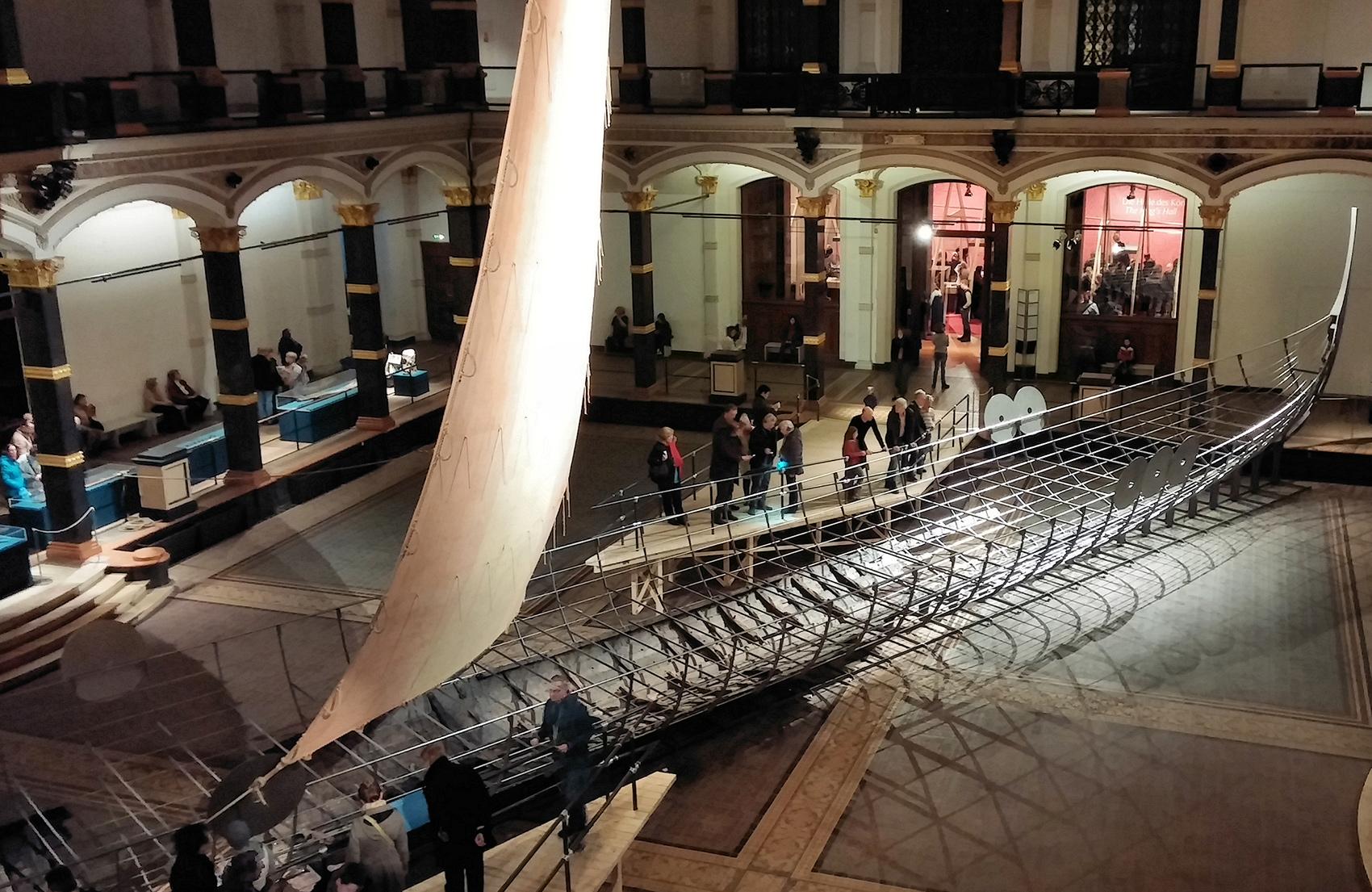 Каркас Роскильде-6 (драккар викингов) в берлинском музее