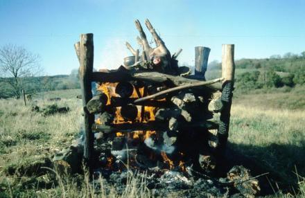 Археолог Могенс Бо Хенриксен экспериментировал со сжиганием макета свиньи, чтобы исслеодвать древние кремации