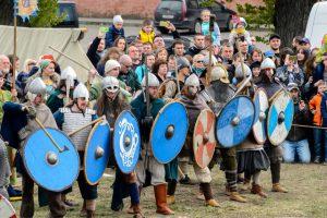 Мы часто представляем себе викингов выстроившихся за стеной щитов. Но их щиты были слишком слабыми и могли быть быстро сокрушены противником.