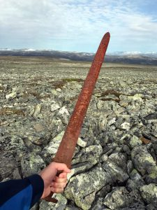 Фото находки меча викингов в руках охотника
